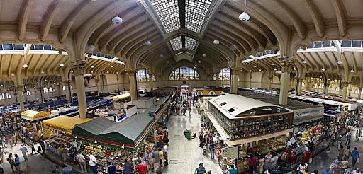 Monumental imagen del Mercado Central de Abasto de San Pablo. A Ambos costados se ven los puestos de venta y al fondo los increíbles murales del edificio.