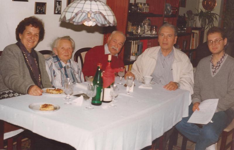 Una foto histórica. En el centro aparecen Walter Mandelik y su esposa Elena Stern anteriores propietarios del San Miguel, rodeados por Ramón Maciel Mendoza y su esposa Elvira Rojas Degeller. Completa la escena, Ramón Maciel (h).