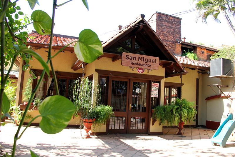 La fachada del restaurante San Miguel, que desde años inmemoriales se encuentra en ese lugar. Hoy festeja los 50 años de administración con la familia Maciel Rojas.