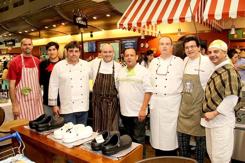 Aparecen de izquierda a derecha, Juan Pablo Chamorro, el representante de Asado Benítez, Pedro Almarza, Beto Alvarez, Julio César Fernández, Peter Stenger, Pedro Cáceres y Teddy Salgueiro.