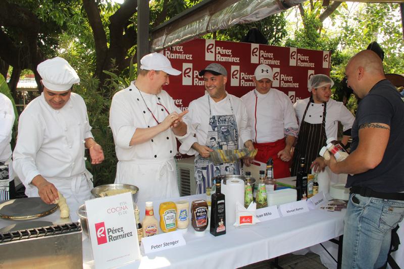 Peter Stenger bromea junto a Beto Alvarez en el inicio de la Celebración del Día del Chef.
