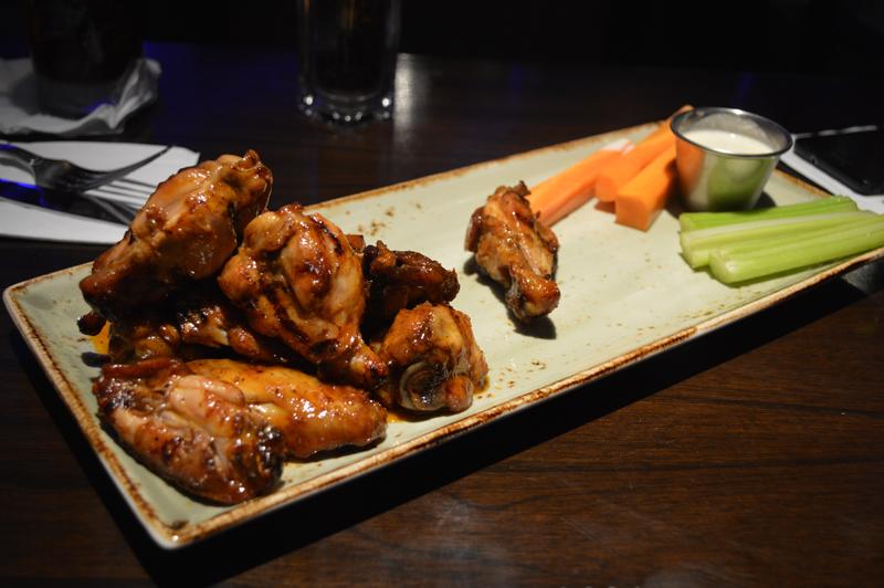 Las alitas de pollo. Grilled smoked chiken wing, que ese es su nombre oficial.
