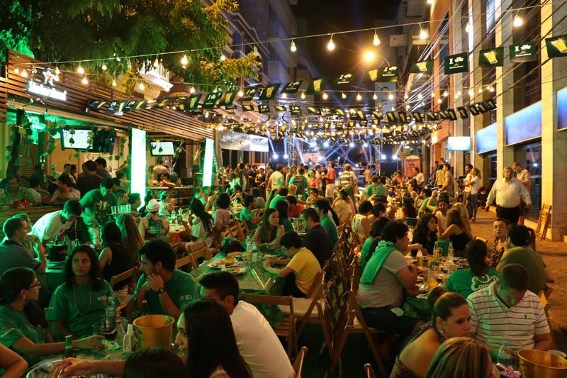 El punto máximo de concentración anoche en el centro fue la calle Alberdi entre Estrella y Olivia, al costado de El Bolsi.