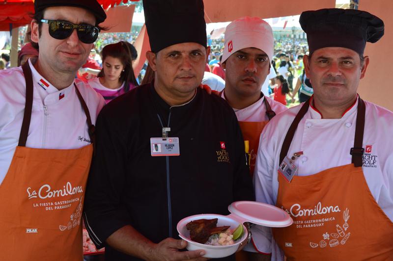 Sebastián Saavedra con el equipo de cocina del Yacht y Golf Club. Prepararon asado a la olla con arroz quesu.