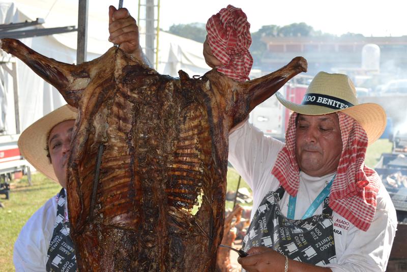 Una oveja entera, cocinada a la estaca por Asado Benítez.