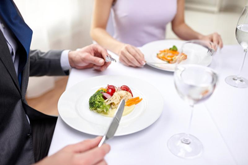 15 consejos de etiqueta para comer a la perfecci n el for Utensilios para servir comida