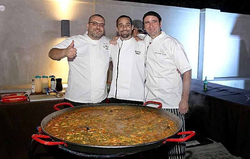 cocineros y paella
