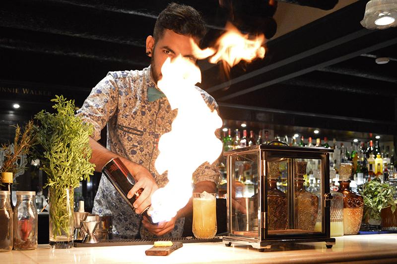 El trago reposa dentro del ahumador. Todavía se nota el humo. Se trata del Luxurious Smoke que tiene base el whisky. Es uno de los preferidos por la clientela.