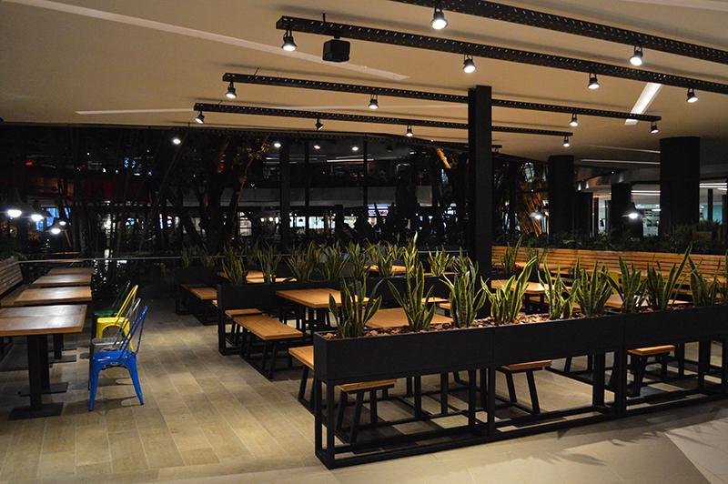 Aparte del salón, Burger 54 tiene habilitado un sector en la terraza del Paseo La Galería.