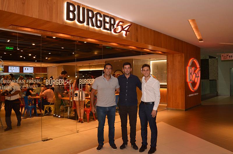De izquierda a derecha aparecen Carl y Christian Ljunggren, directores de La Vienesa y Agustín Demirdjian, propietario de la franquicia Burger54.