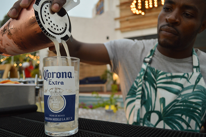 Los tragos están a cargo del equipo de Edu Di Natale. Todos se preparan a base de cerveza y se utilizan las botellas recicladas como vasos.