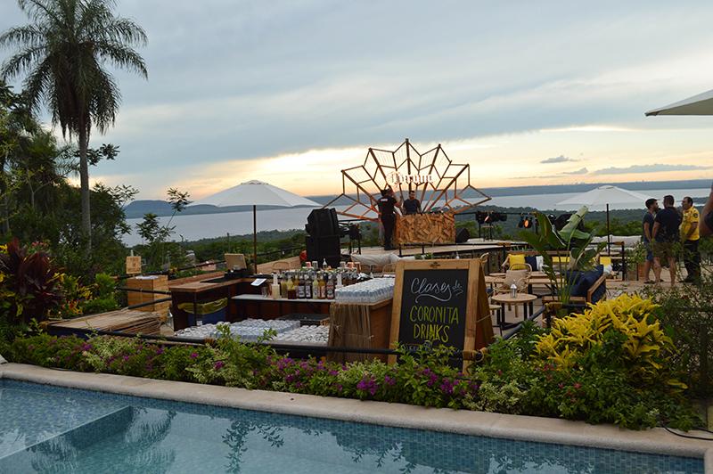 Otra visión del local de frente al lago. En primer plano el bar donde preparan los tragos al fondo, el escenario del Dj. Y al fondo, el paisaje maravilloso.