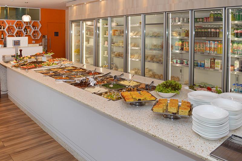 Todos los días está disponible el servicio de buffet por kilo. Variedad de carnes, ensaladas y guarniciones diversas. Y con opciones de comida saludable.