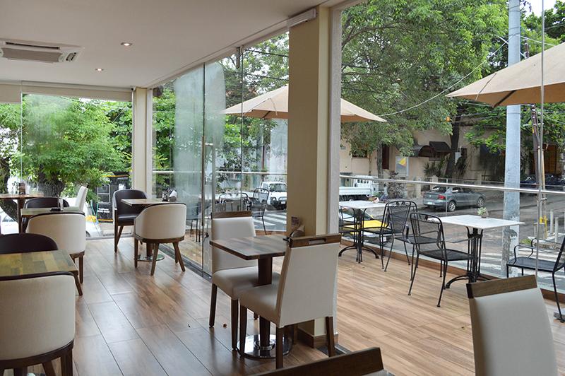 Una vista desde uno de lo salones internos. Una pequeña terraza da sobre la calle creando un ambiente ideal para disfrutar en las tardecitas y las noches.