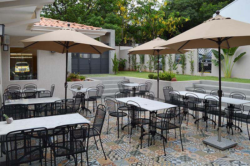 Coqueto patio interior, ideal para disfrutar al aire libre y para eventos privados ya que cuenta con entrada independiente y acceso directo al estacionamiento.