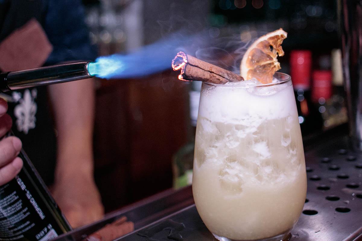 Love Punch, así se llama este trago. Lleva ron, pulpa de ananá, jugo de naranja, canela en rama, naranja deshidratada, azúcar rubia y perfume de almendras. Uno de los preferidos por la clientela.