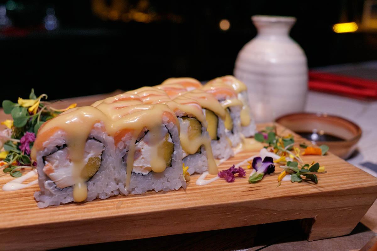 El sushi es la especialidad gastronómica de la casa. Tiene una barra especial y aquí vemos una variedad de makis denominada Tropical que lleva langostintos grillados, queso Philadelphia, mango, salmón y salsa de maracuya. Uno de los platos mas solciitados.