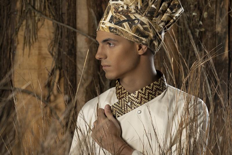 Verónica Pardo presentará en calidad de primicia la colección Pokoi de su marca Vro en los Emiratos Arabes Unidos. Nosotros pudimos acceder a esta foto que muestra cómo los apliques de la cestería mbya se utilizan en el cuello de la chaqueta.