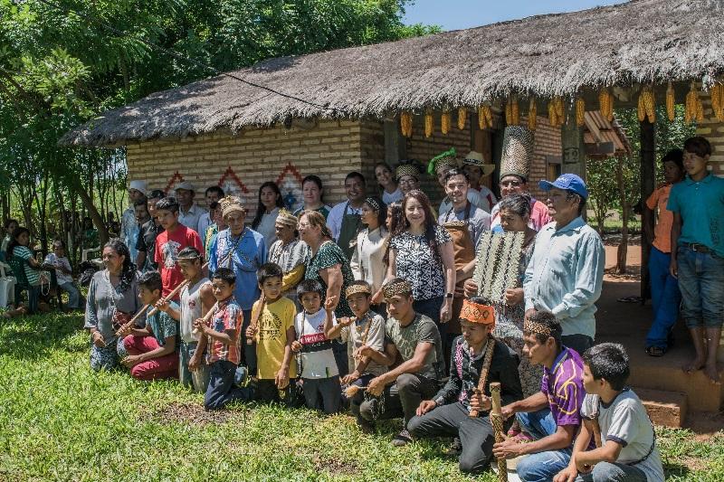 Reciente visita a la comunidad Mbya en el departamento de Caaguazú. Se puede ver cómo algunos de los presentes lucen sombreros y vinchas con diseños del arte mbya.