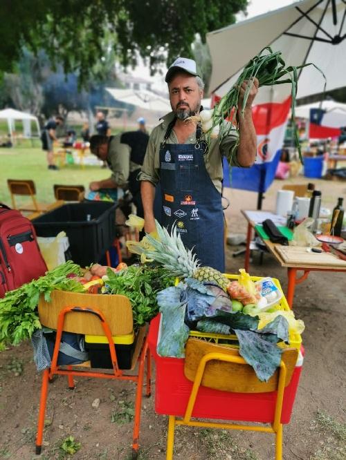 Jimmy Benítez exhibiendo aquí algunos de los productos que utilizaron en el torneo. El equipo de Barbakua conquistó el segundo lugar en la categoría Vegetariana que a partir de este año se incorporó a las competencias internacionales.
