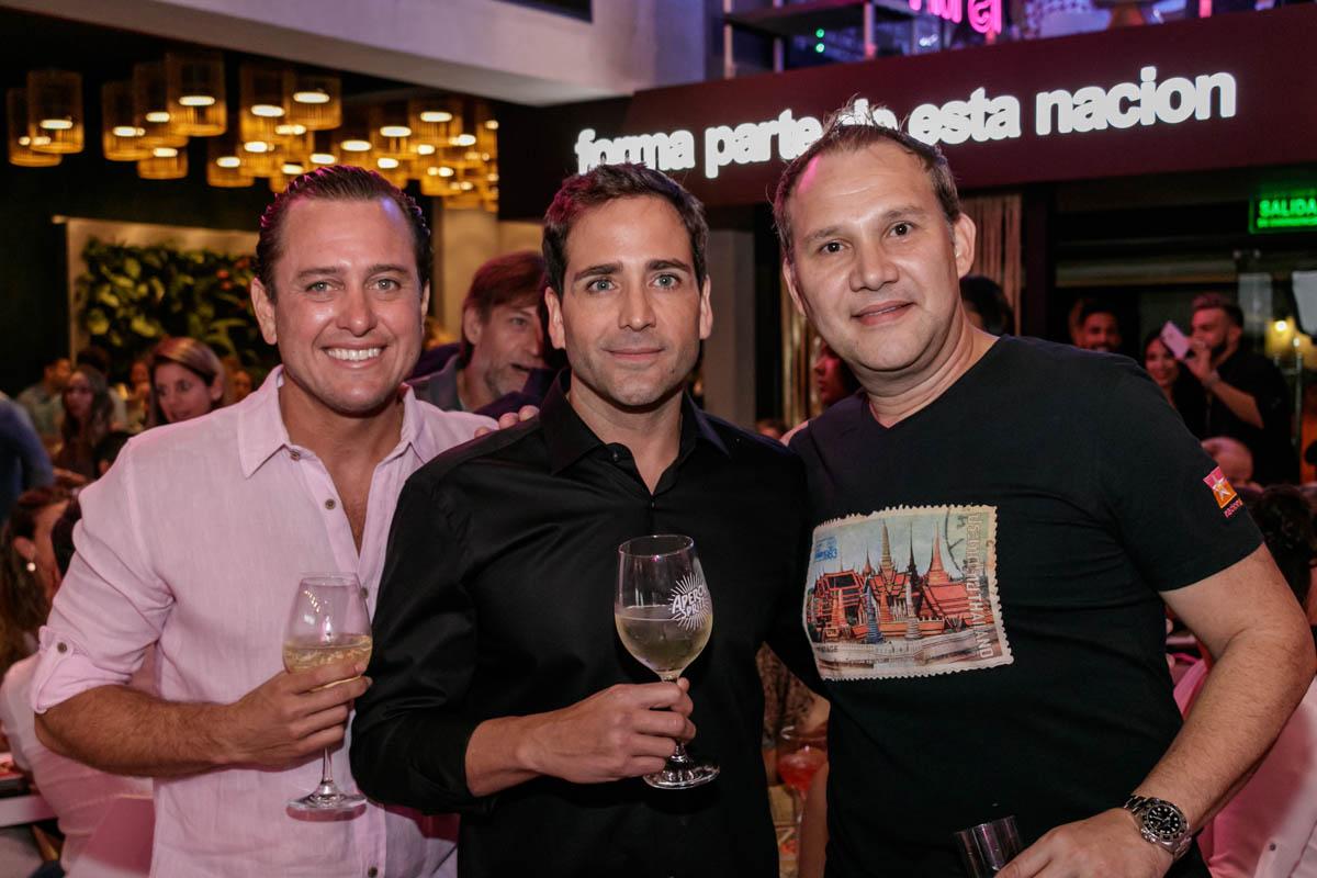 De izquierda a derecha, Ramón Hernández, venezolano y responsable de la franquicia local junto a Milton Reyes y Alex Vallejo creadores y propietarios de la marca nacida en Panamá.