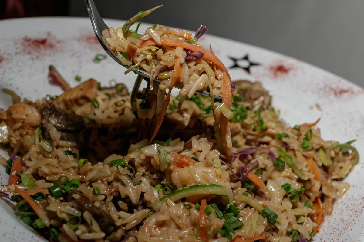 Esto es un Nasi Goreng, combinación de arroz aromático, vegetales frescos al wok, con salsa de pescado, salsa de soja, aceite de sésamo, sake y leche de coco. Carne de res, pollo y camaron.