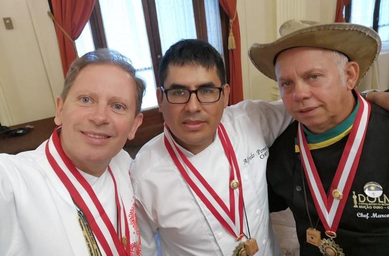 Walter Peyton Gwynn, primero de la izquierda posando junto a sus colegas Alfredo Puma de Perú y Marcos Lobo de Brasil, que también fueron distinguidos por la CITURG.