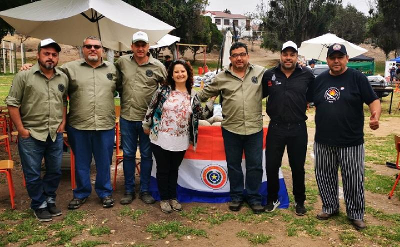 La presencia paraguaya en la Primera Cumbre Internacional de Parrilleros. Aparecen de izquierda a derecha Jimmy Benítez, Andre Magon, José Torrijos, una mujer no identificada, Leyzman Salim, Negro Riveros y Hugo Adorno.