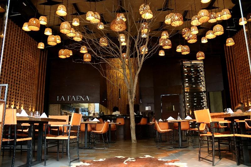 El árbol en medio del salón es el principal elemento decorativo del ambiente. Las cestas de mimbes a manera de lámparas combinan con el entorno. Aparte de las cuales no utilizaron ningún otro elemento y lograron crear un conjunto muy elegante y sofisticado.