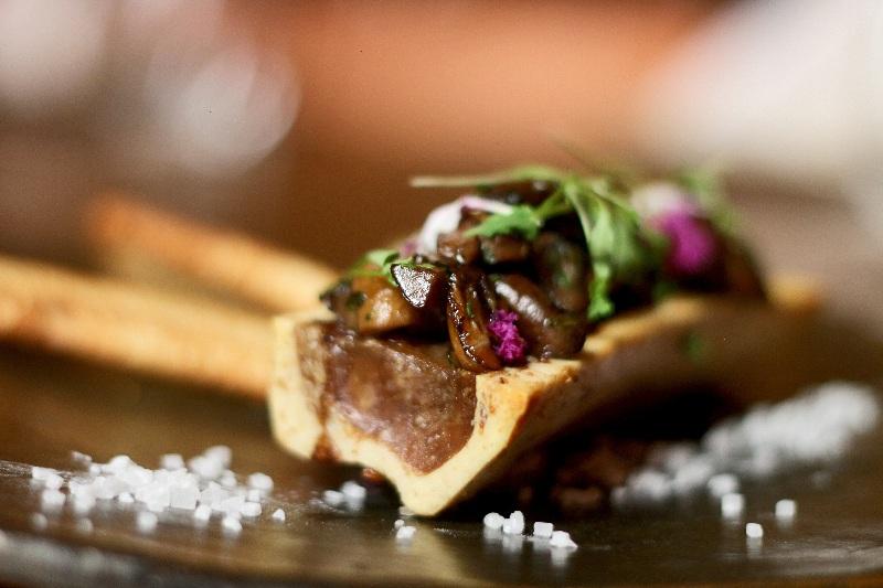 Un caracú asado con hongos frescos salteados a la provenzal. Una de las entradas especiales.