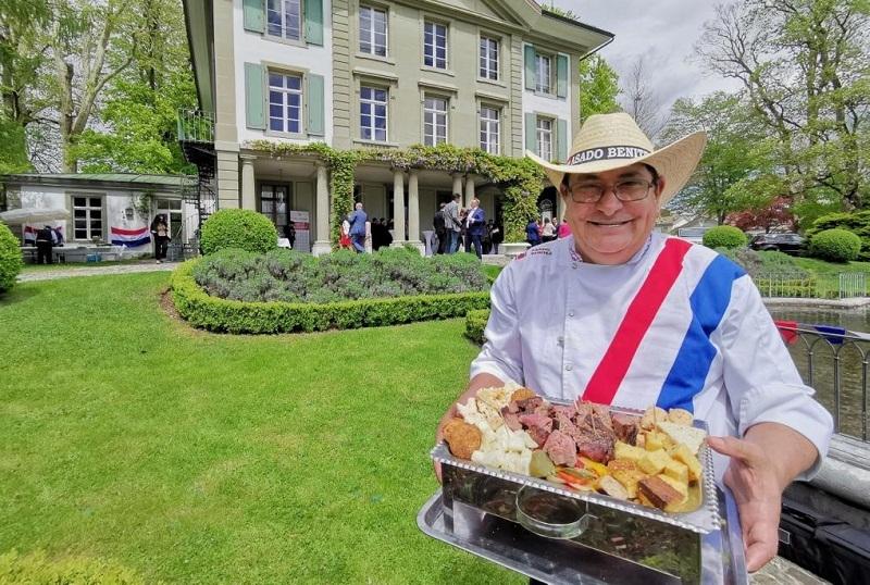Foto de archivo de la celebración de las fiestas patrias en la embajada paraguaya en Suiza con degustación de carne paraguaya.