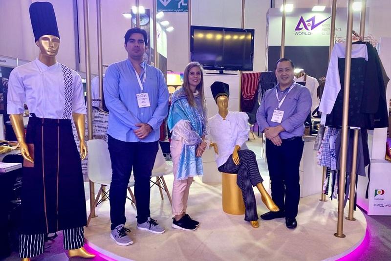 En la foto se ve a Rodrigo Diez Pérez, Verónica Pardo y Gustavo Miura en el stand de Vro en la Expo Culinaire 2020. En los maniquíes se ven las prendas de la nueva colección Pokoi.