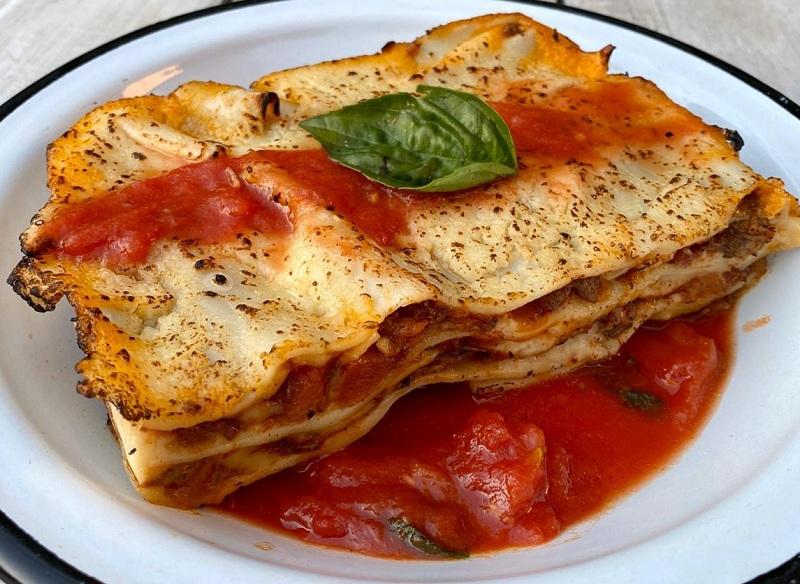 La Pecadora ofrece algunos platos elaborados, pero a bajo precio, como esta lasagna.