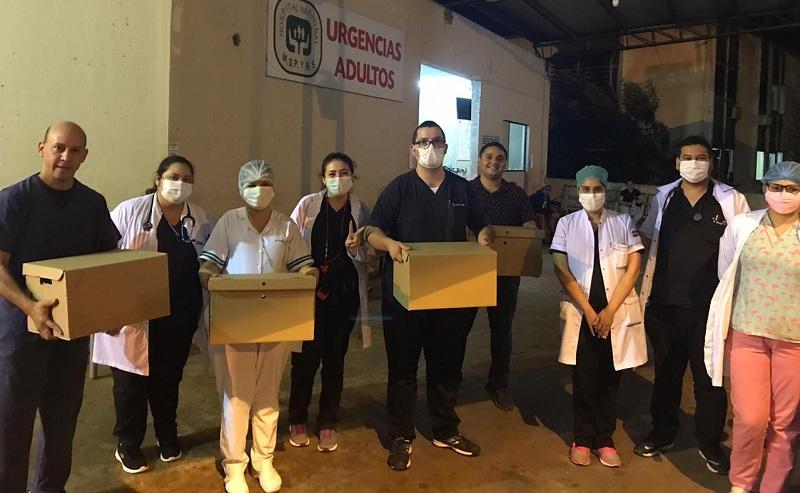Los trabajadores de la salud recibiendo las hamburguesas aportadas por los clientes de Bacon Burgers.