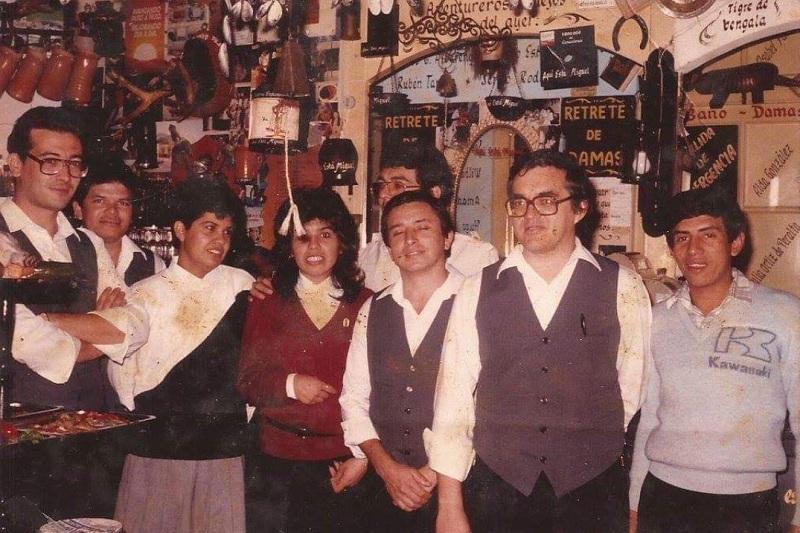 Gualberto Ojeda, segundo de la derecha con anteojos, posa con otros funcionarios de la Taberna Taurina, Juan, Felipe, Celia, Mariano y Daniel. Año 1985.