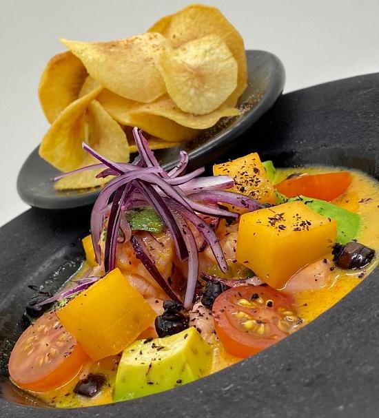 Uno de los platos preparados. Ceviche de salmón que lleva 100 grs. del pescado, limón, puré de aji amarillo, picante, cebolla morada, locoto rojo, cilantro y batata en almíbar. Acompañan chips de mandioca.