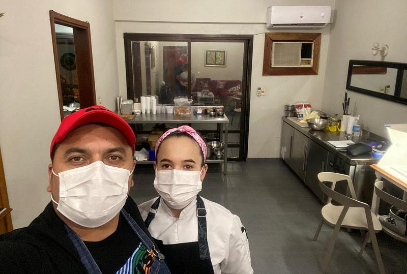 Julián Endara junto a Paulina Guillén improvisando un bunker gastronómico en su casa, desde donde hace un servicio de delivery al estilo El Hormiguero.