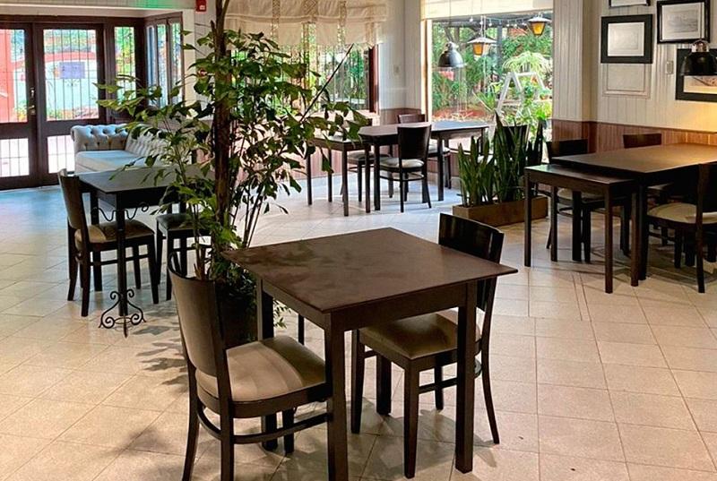 Una foto del Bar San Miguel que muestra la disposición que tienen sus mesas para cumplir las normas sanitarias.