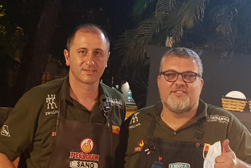José Torrijo, izquierda y André Magon crearon un asador porque andan detrás de todo bicho que camina. Mientras se centran en los pollos.