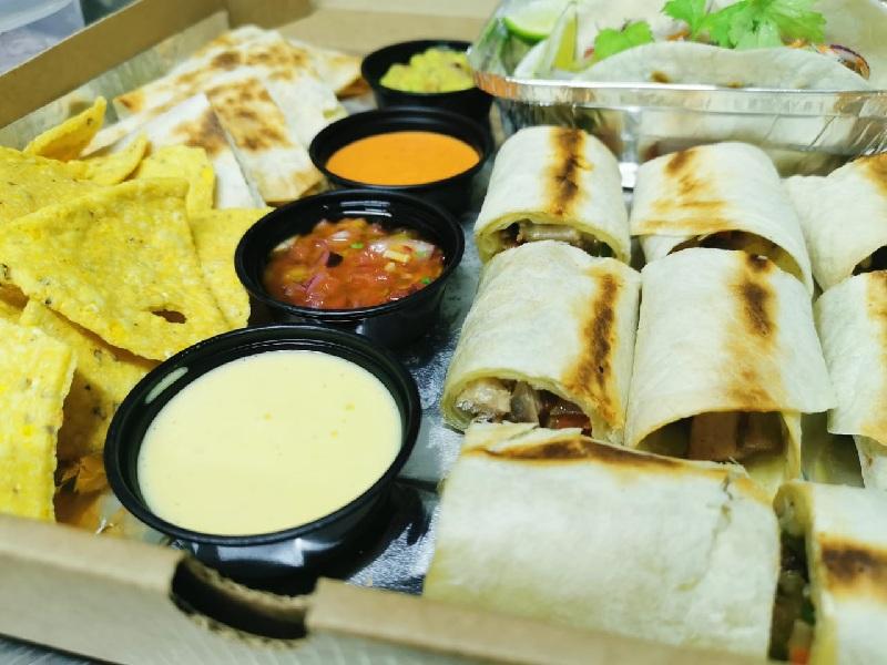 El combo de comida mexicana que incluye tacos, nachos, quesadillas y burritos, con diversos tipos de salsa. Uno de los platos de más éxito.