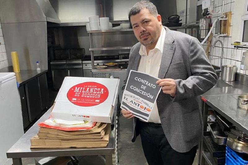 Christian Franco exhibe el contrato de franquicia de su restaurante El Antojo de Buenos Aires, pero sólo para delivery. Allá creció pese a la pandemia gracias que aquí no le apoyaron financieramente.