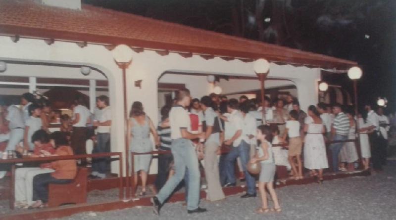 El local era muy concurrido. Los fines de semana vendían 5.000 hamburguesas. Allí era un punto obligado de encuentra de la juventud asuncena de la época.