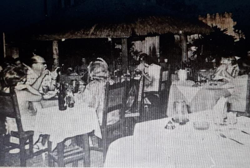 El Amstel estaba ubicado sobre la avenida San Martín casi Facundo Machaín, al lado de lo que hoy es S6 Los Laureles. Cuando se publicó la nota de ABC del cual extrajimos la foto en 1978, era uno de los locales gastronómicos más distinguidos de la época.