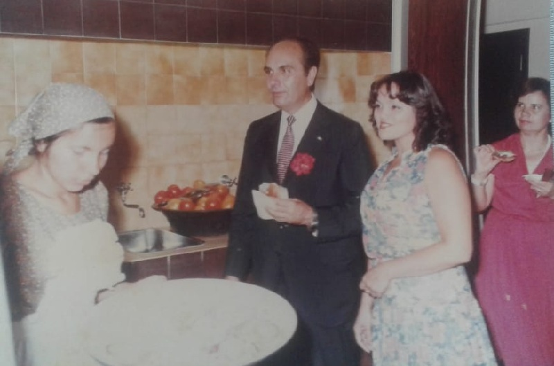 Conrado Pappalardo y señora asistieron a la inauguración de Barrabar. Era el jefe de ceremonial de la Presidencia de la República, durante el régimen de Stroessner.
