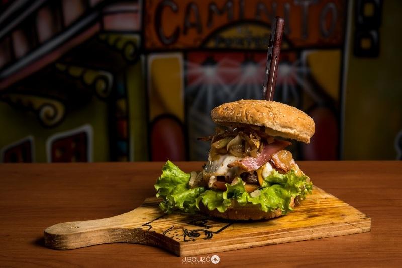 Otro de los fuertes del local son las hamburguesas. Esta es la versión El Porteño que lleva doble de queso cheddar o muzzarela, panceta, huevos, cebollas fritas. La carne se cocina a la parrilla.