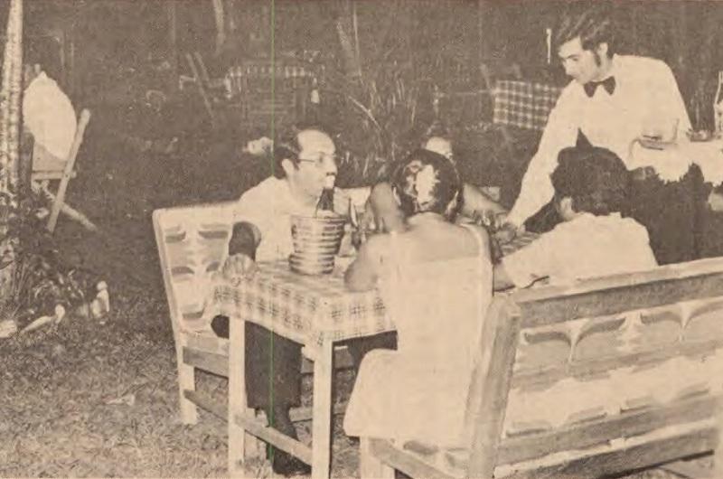 Foto del facsímil del diario ABC del año 1978, que muestra el local de La Rueda donde puede apeciarse el distanciamiento entre mesas y como estaban ubicada discretamente entre la frondosa vegetación del lugar.