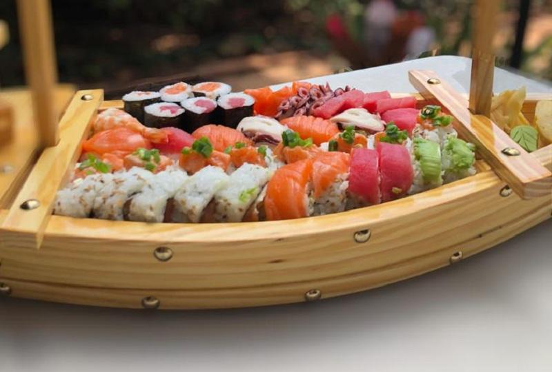 """Barco Take se llama este plato. Take viene del bambú, que es díficil de romper y crece rápidamente por lo que se considera un símbolo de fuerza vital y crecimiento"""". Lleva un total de 26 piezas de sushi, con una sopa de miso. Para una a dos personas. Precio: 125 mil guaraníes."""