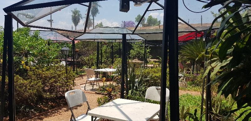 Con la reapertura habilitaron un jardín que está en los fondos del restaurante pero al que se accede directamente desde el estacionamiento.