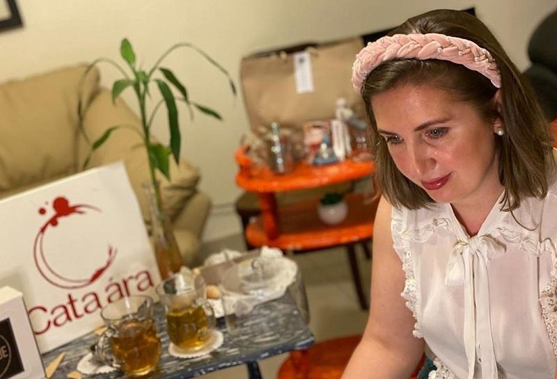 Adriana Cabrera en plena cata maridaje organizada por su empresa Cata Ara. Ahora quiere llevar esa actividad a nivel de un brindis virtual para festejos de fin de año, destinados a las empresas.