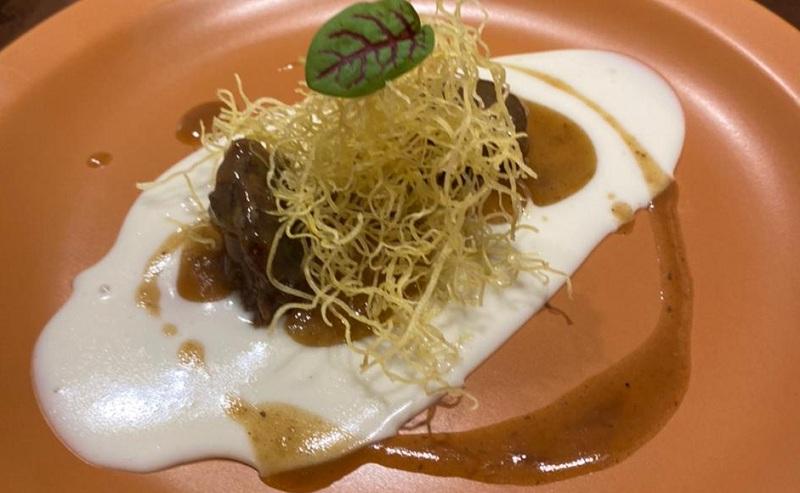 Asado a la olla, con crema de arroz quesu e hilos de mandioca.